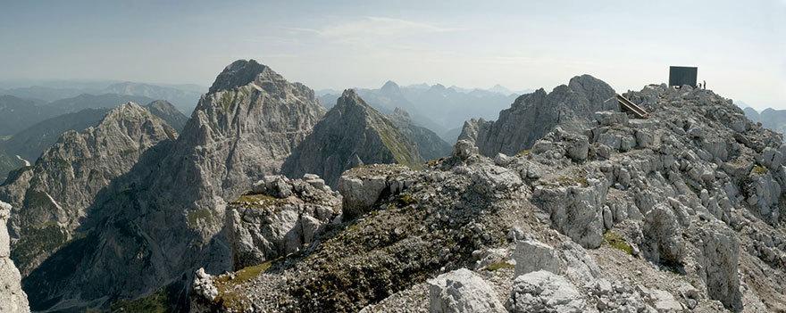Вообще, в Альпах немало подобных строений и на более низких высотах. Однако во многих из них вам при
