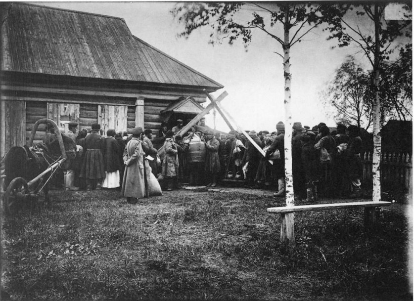 Раздача хлеба в ссуду крестьянам в городе Княгинине. 1891-1892 гг. Негатив 18 ? 24 см.