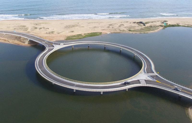 Строительство моста, спроектированного Рафаэлем Виньоли, заняло 12 месяцев. Новое сооружение заменил