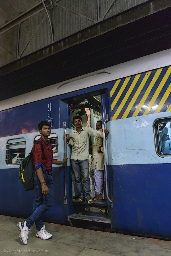Фото 6. Туры по Индии. Вагон класса Second Class General Compartment. В двери видна рука и нога кого-то, кто висит под потолком тамбура индийского поезда.