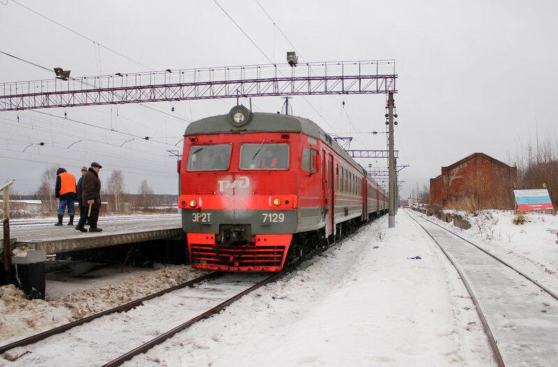 ЭР2Т-7129 на станции Савёлово, вид на Москву