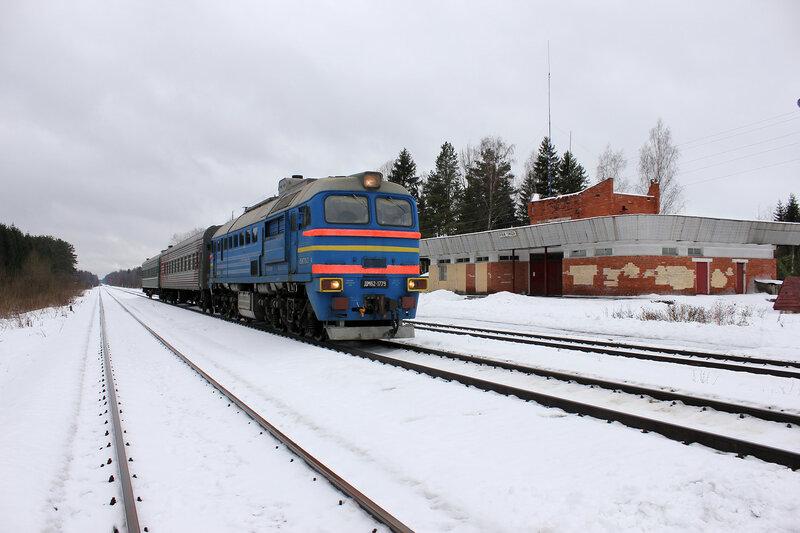 ДМ62-1779 с пригородным поездом Савёлово - Углич на станции белый городок на фоне вокзала