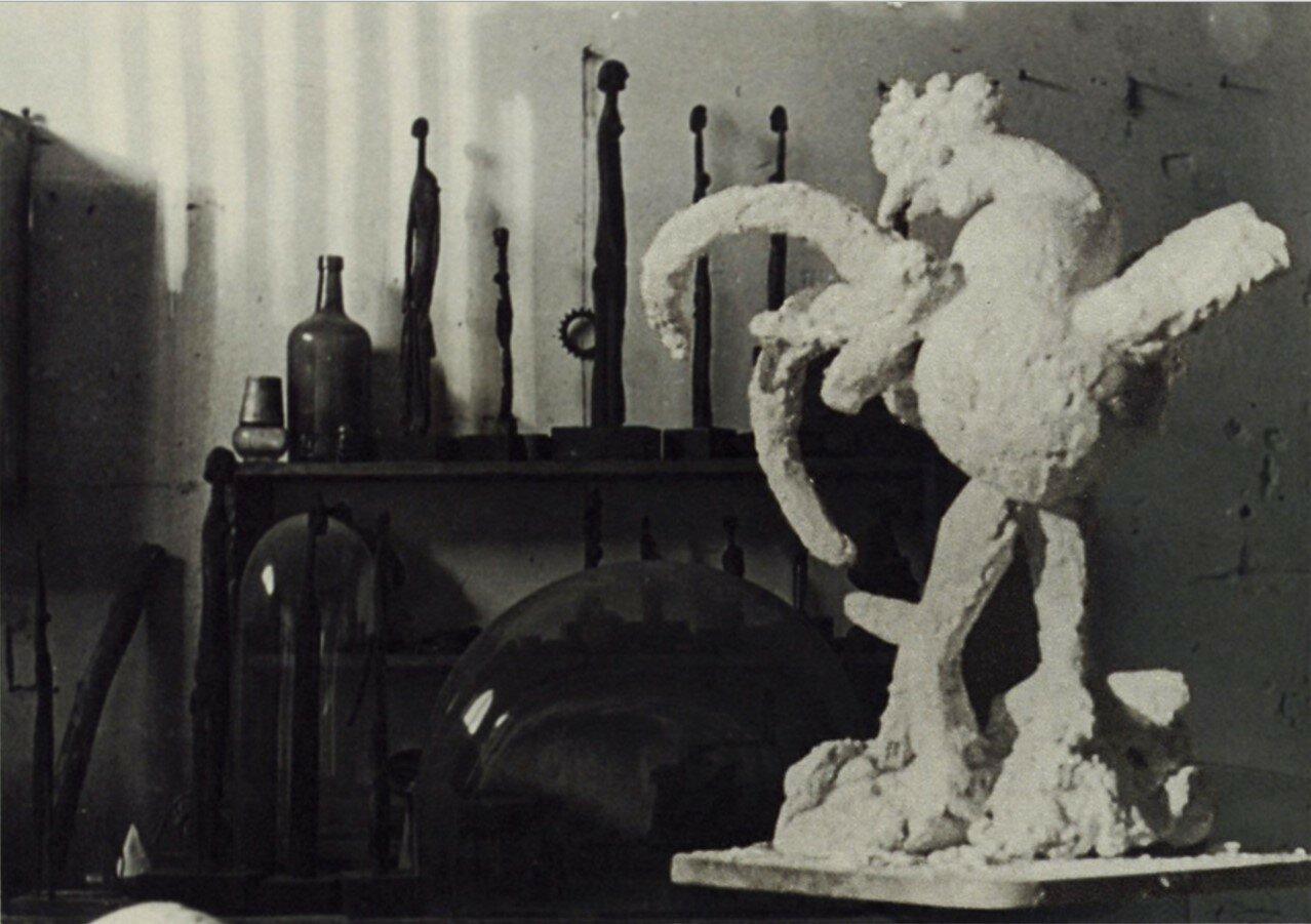 1931. Петух, гипсовая скульптура Пикассо, фото из мастерской в Буажелу