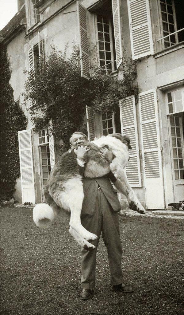 1932. Пикассо и его собака, пиренеец Боб,