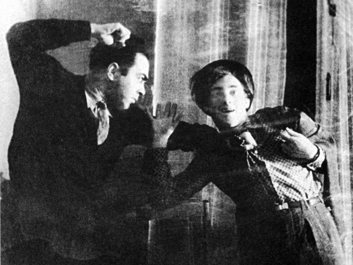 Михаил Яковлев, сосед по квартире, и Владимир Высоцкий на 1-й Мещанской, 126. Фото 50-х годов