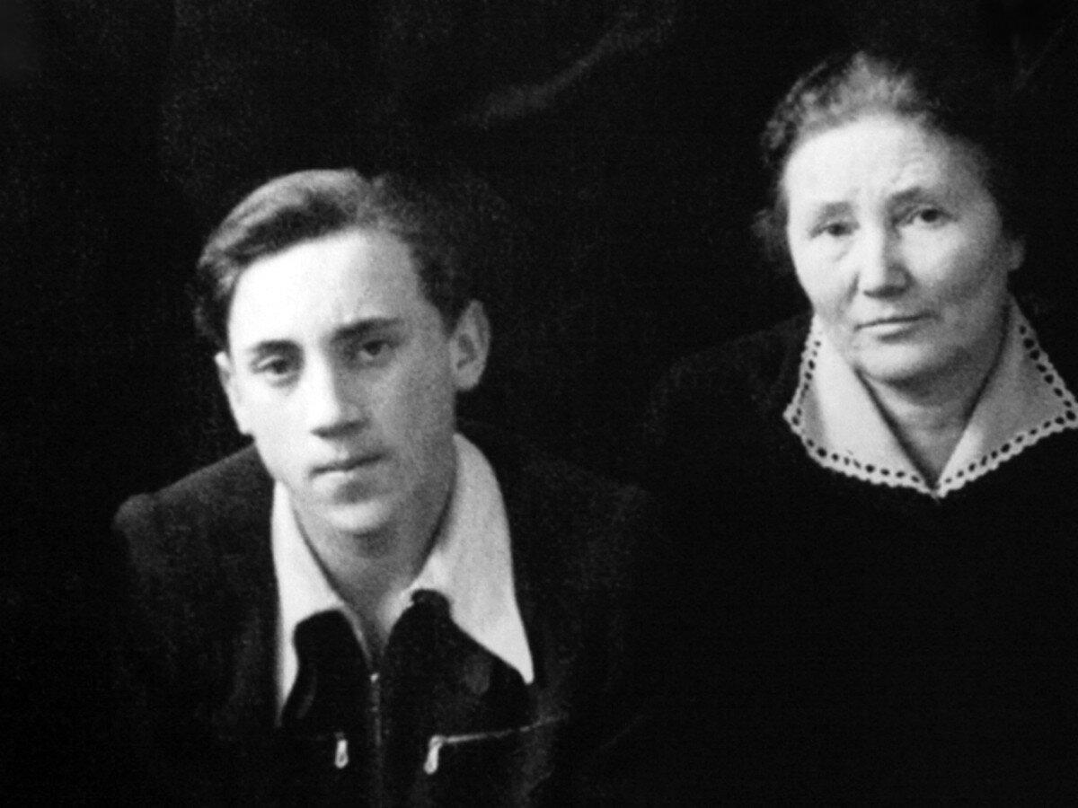 1954. Владимир Высоцкий с учительницей в 9«в» классе московской школы № 165