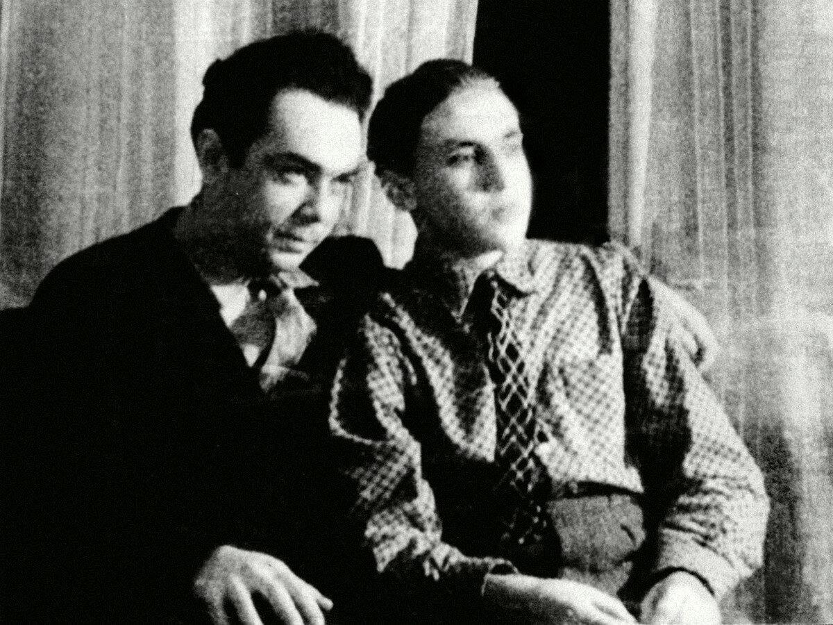 1950-е. Михаил Яковлев и Володя Высоцкий в квартире на Первой Мещанской, 76