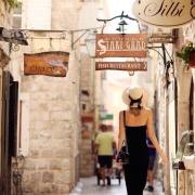 Девушка в старом городе