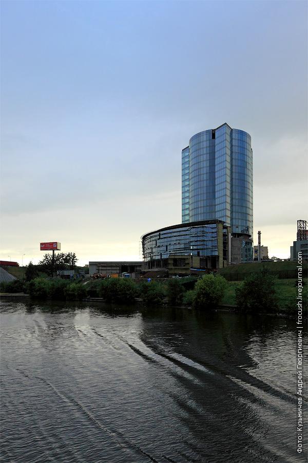 Химки. Строящееся высотное здание бизнес-центра «Новатор». На крыше обещают построить футбольное поле