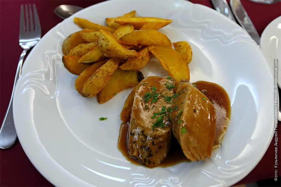 Ростбиф свиной, картофельные дольки, соус «Деми-гляс». еда на теплоходе