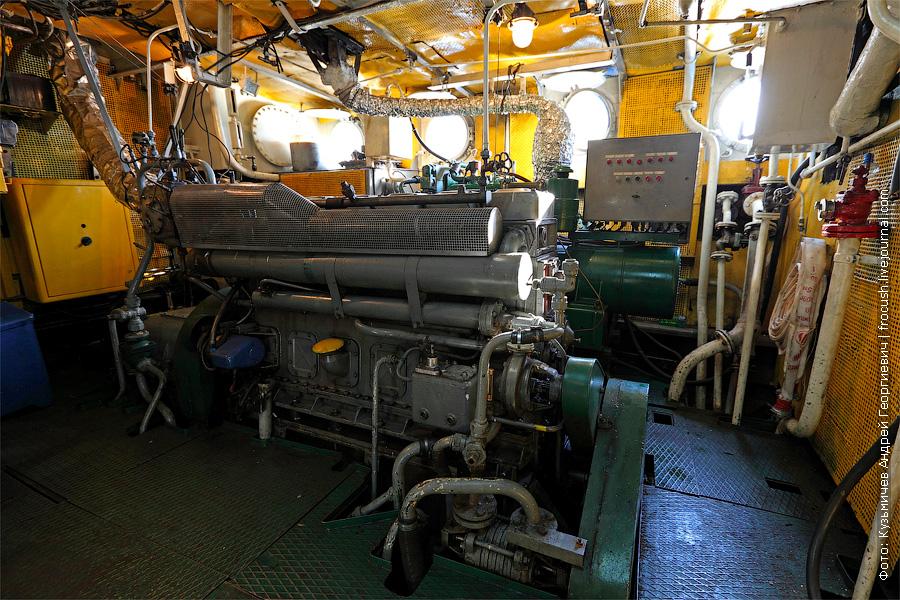 левый главный двигатель. банкетный теплоход «Берегиня», тип «ОМ»