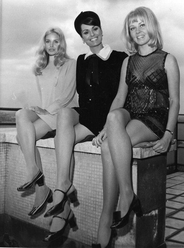 Девушки сидящие нога на ногу