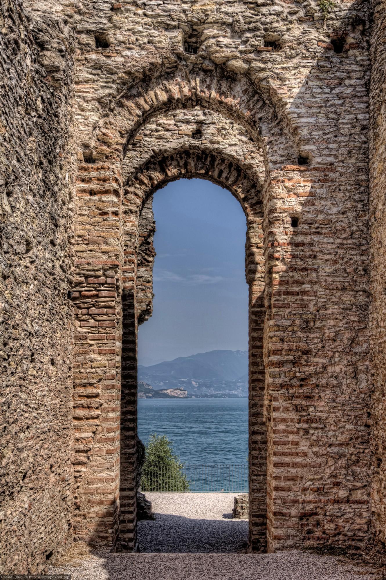 Veduta sul Lago di Garda da un'arcata delle terme di Catullo