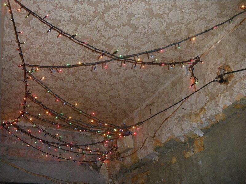Всесезонная гирлянда в коридоре. Установлена вместо светильника - нет ничего более постоянного, чем временное.