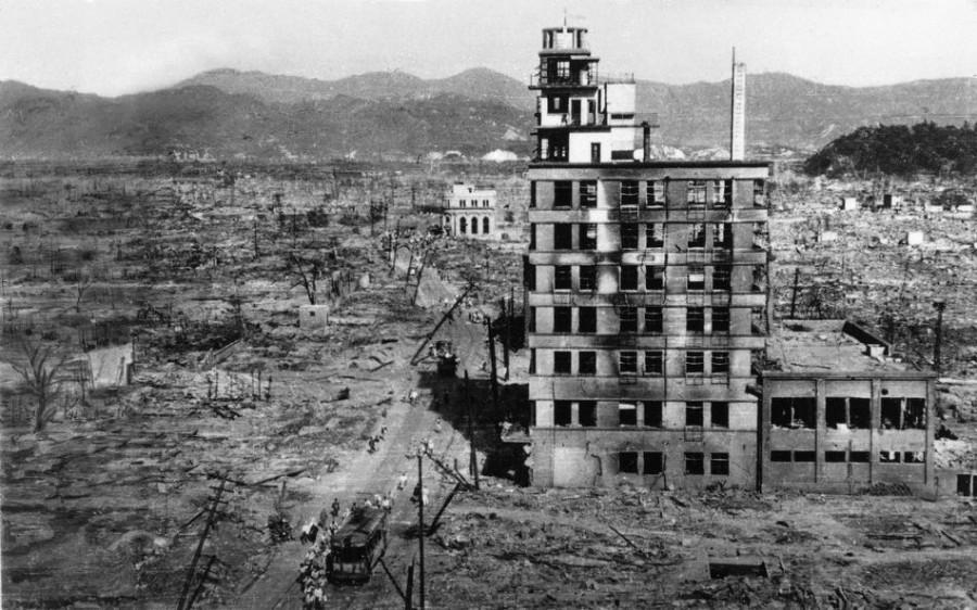 Среди руин 8 августа 1945 года хиросима