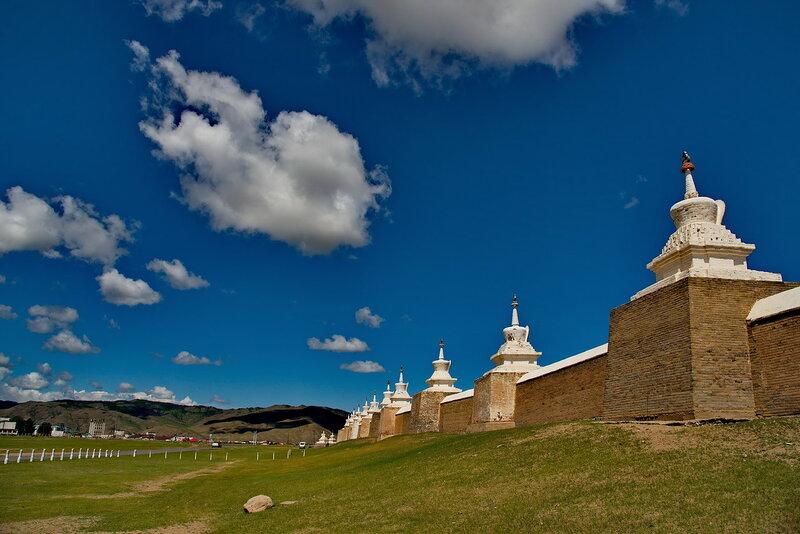 У стен древнего монастыря.