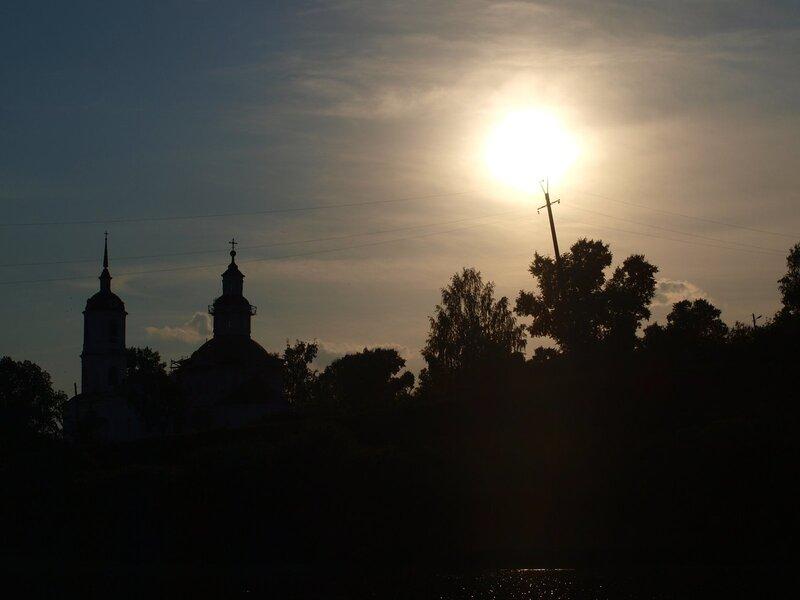 Фонарик (Церковь в Юрьево) в лучах заходящего солнца