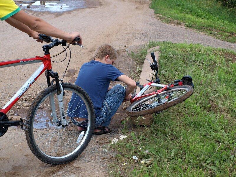 Тёма ремонтирует отпавшую педаль у прокатного велосипеда