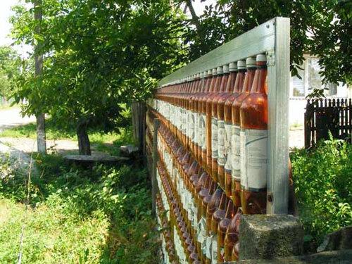 Как украсить сад стеклянными бутылками