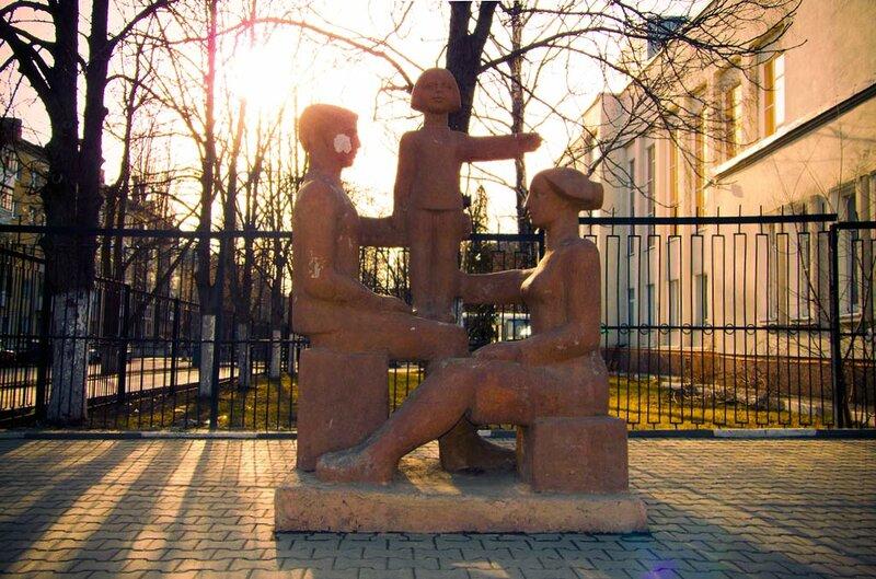 Памятник семье в Белгороде, фото  Sanchess, 2012.