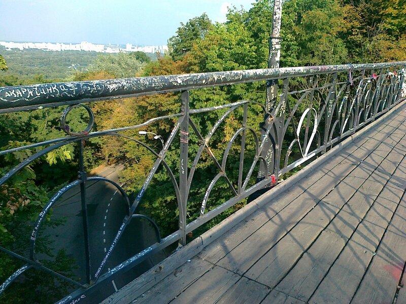 Перила мостика влюбленных после зачистки от замков