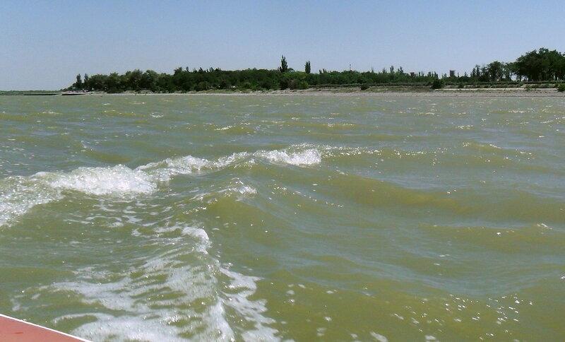В море, созерцание волн и берега