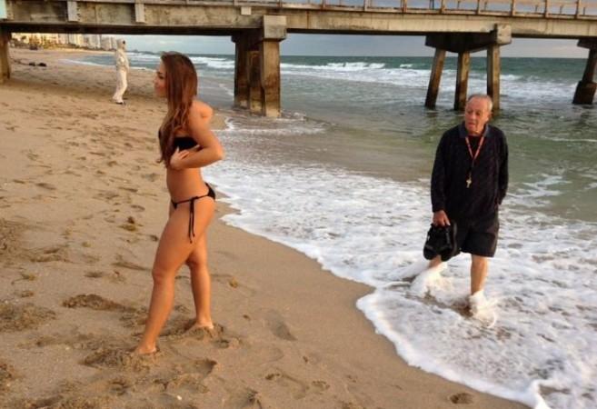 Мужик пялится на голую девушку прикольные фото
