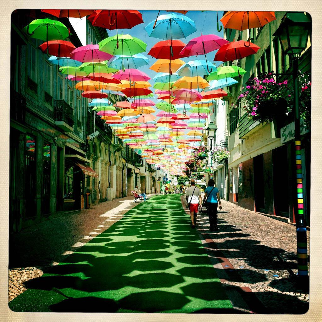 Необычайно красивая инсталляция из зонтиков