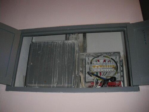 Фото 15. Лицевая панель пластикового бокса положена на крышу стального шкафа в этажном щите. Там она пробудет до начала работ по переборке этажного щита.
