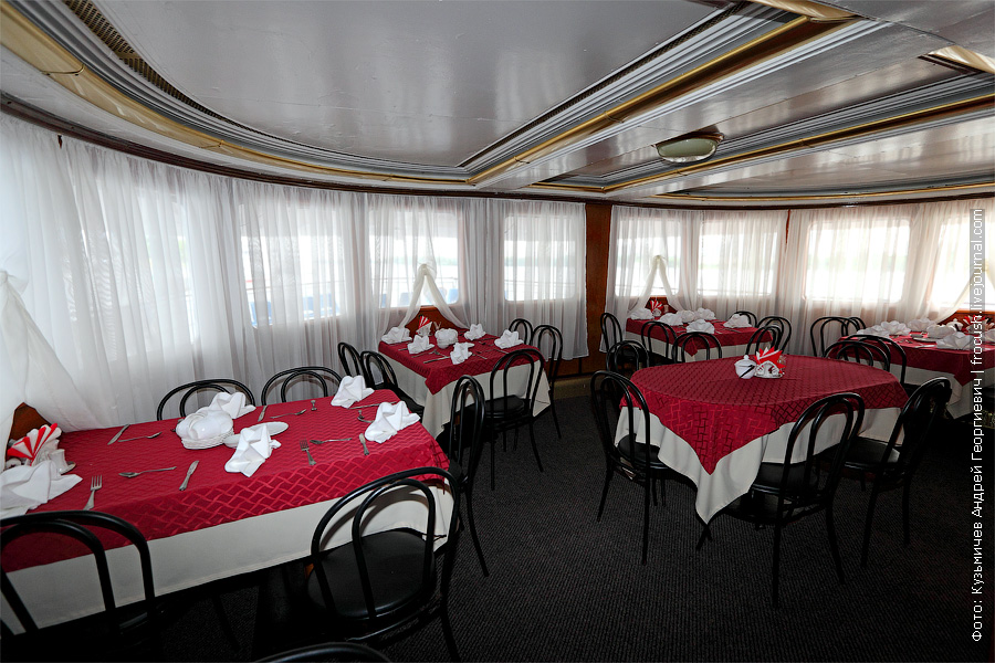 Ресторан в кормовой части средней палубы. теплоход Белинский