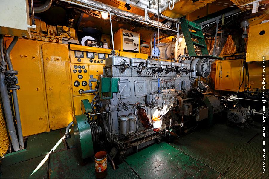 правый главный двигатель. банкетный теплоход «Берегиня», тип «ОМ»