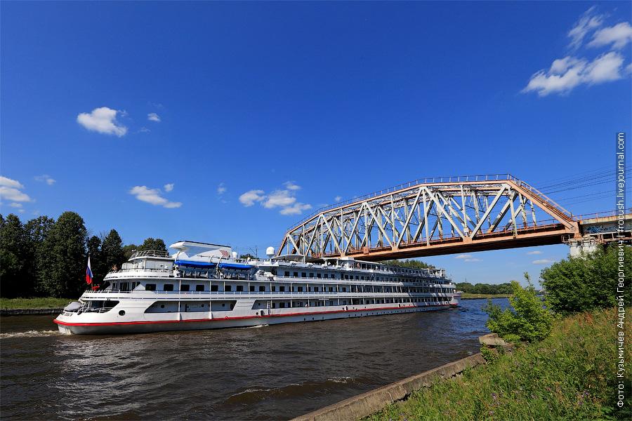 8 июля 2012 года теплоход «Викинг Хельги» пробирается под Хлебниковским мостом Савеловского направления МЖД через канал имени Москвы