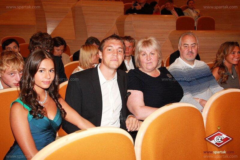 Артем Дзюба с девушкой и родителями