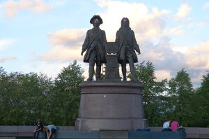 Памятник Татищеву и Генису