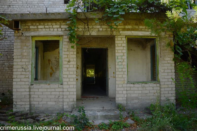 заброшенное кирпичное здание