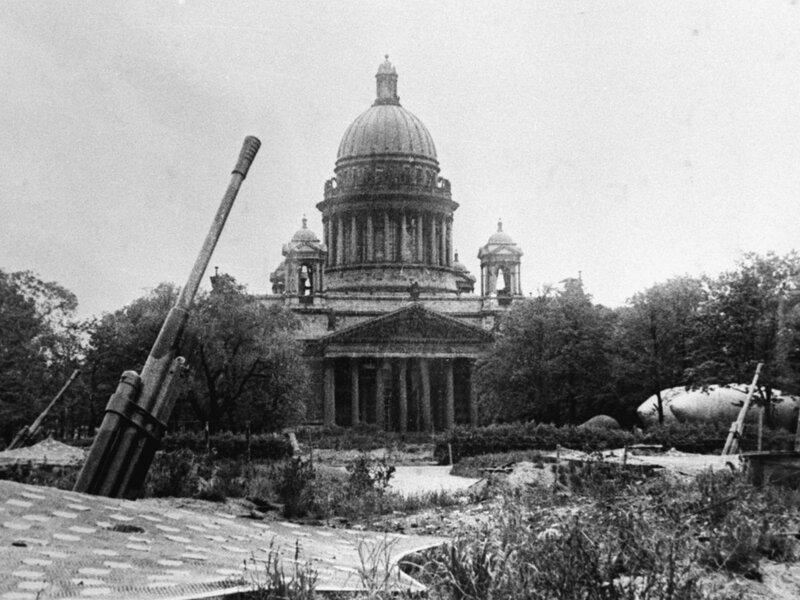 Батарея 85-мм зенитных орудий 52-К в саду Трудящихся им. М. Горького (в настоящее время Александровский сад)