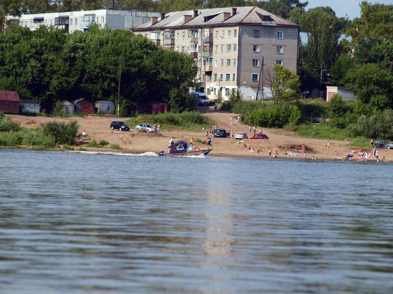 Вид на Котельнич с реки и отдыхающих на берегу Вятки