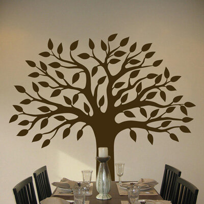 Используйте рисунок дерева на стене для размещения семейных фотографий