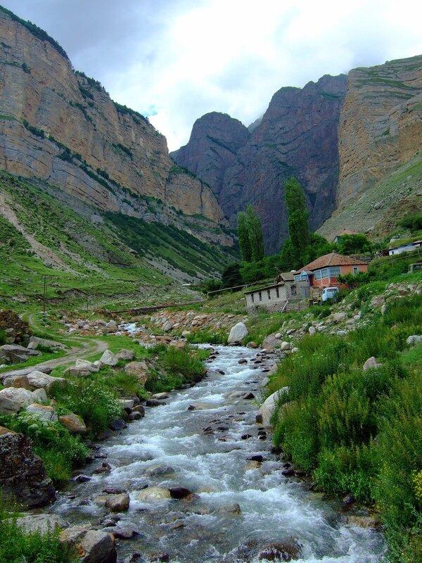 Горная река Жылгы-Су и красная скала