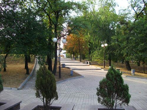 Аллея у Южного автовокзала в Донецке