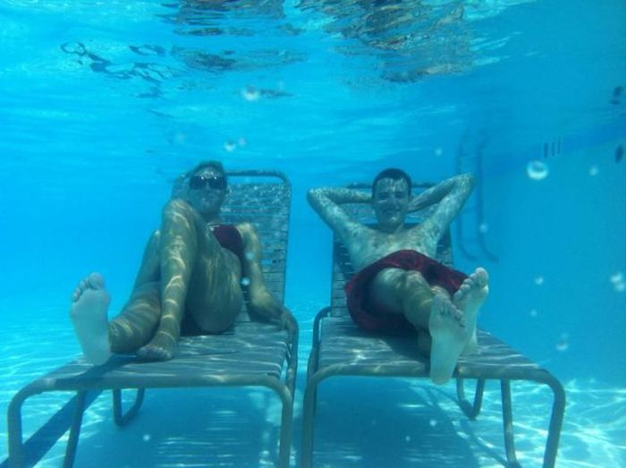 Мужик и женщина в загорают в бассейне прикольные фото