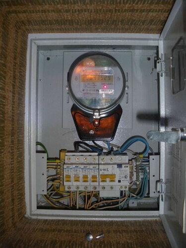 Фото 1. Общий вид квартирного щита. Демонтирована крышка автоматических выключателей. Проверка состояния вводного устройства и петли учёта.