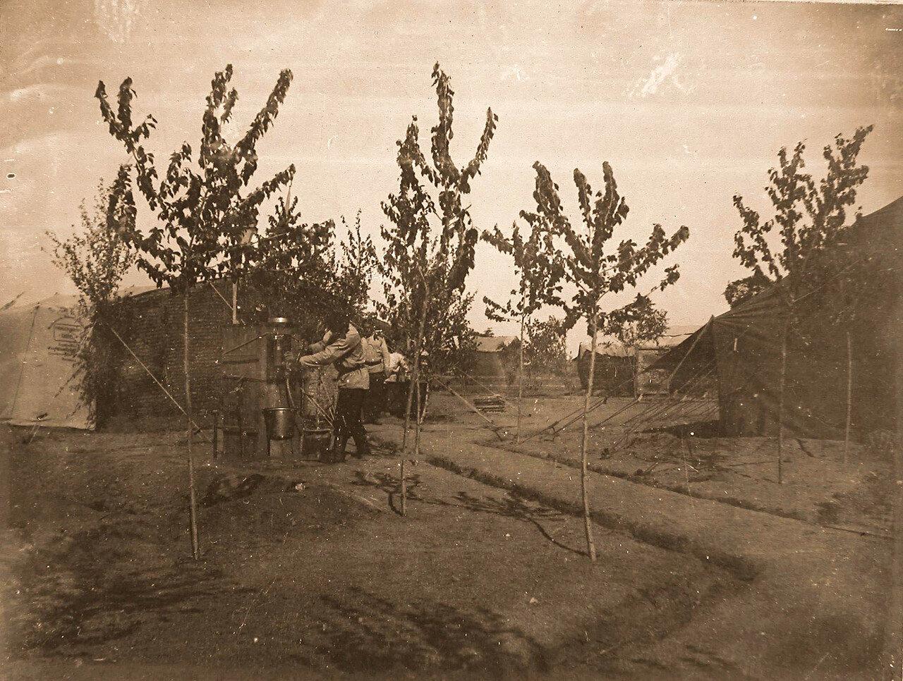 16. Нижние чины у палаток на территории лазарета