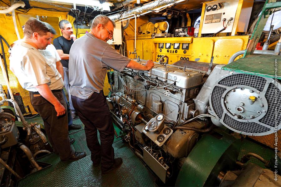 Запуск и остановку главных двигателей производит механик непосредственно в машинном отделении. банкетный теплоход «Берегиня», тип «ОМ»