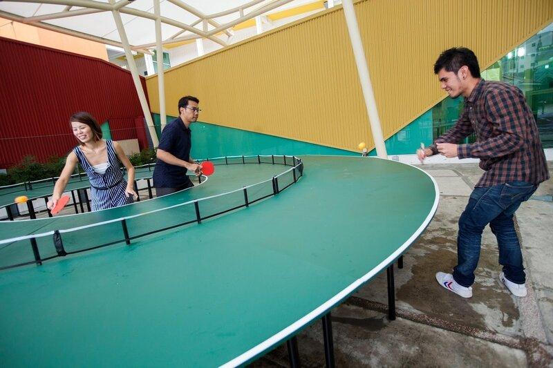 Сингапурский современный художник Ли Вэнь создал произведение искусства названное Ping Pong Go-Round, где спорт и искусство объединены духом веселья, творчества и единения. Настольный теннис или пинг-понг является олимпийским видом спорта, который существ