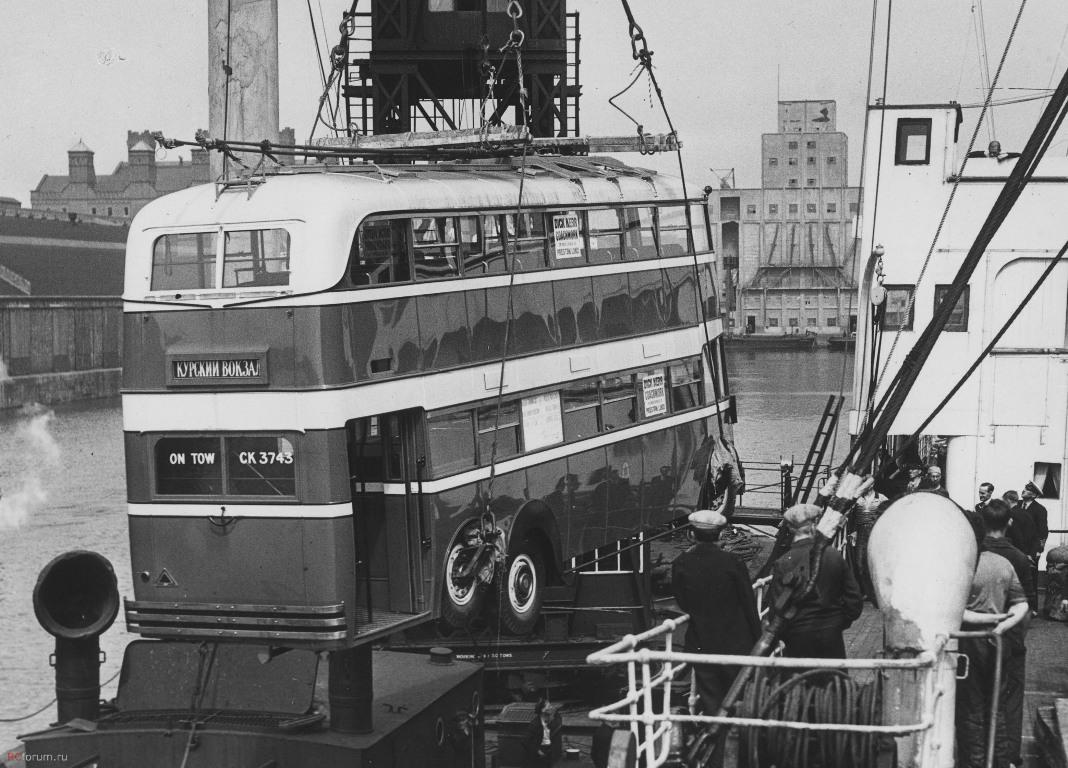 1937 Отгрузка троллейбуса English Electric для Москвы в одном из портов Великобритании.jpg