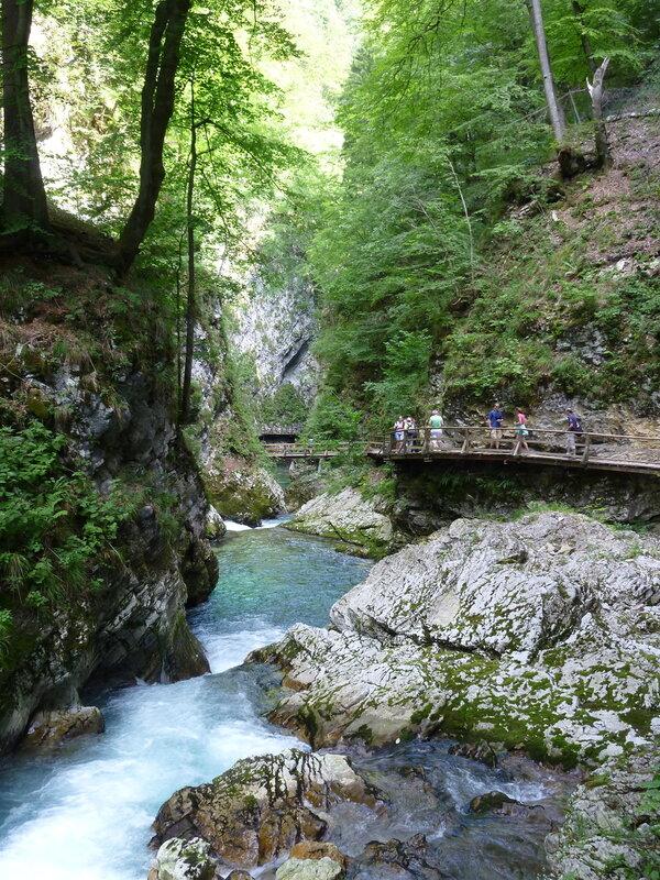 Мостки для туристов проложены по всему ущелью
