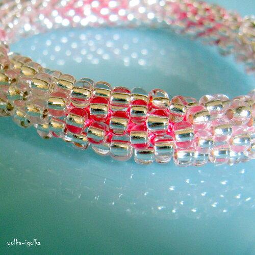 Браслет из бисера. Связан крючком. Серебристо-розовый.