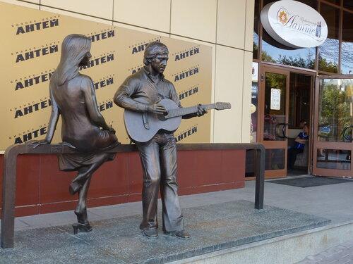памятник Высоцкому и Марине Влади  у башни Высоцкий в Екатеринбурге