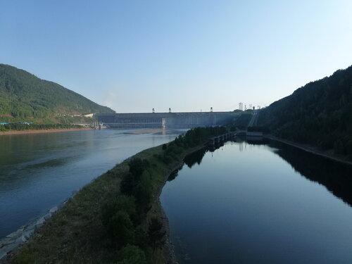 Нижний док судоподъемника Красноярской ГЭС - фото с дороги
